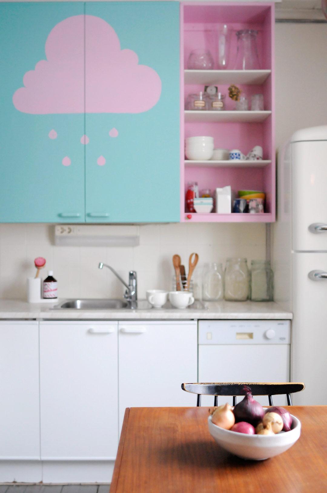 Vaaleanpunaisia pilvenhattaroita keittiönkaapeissa