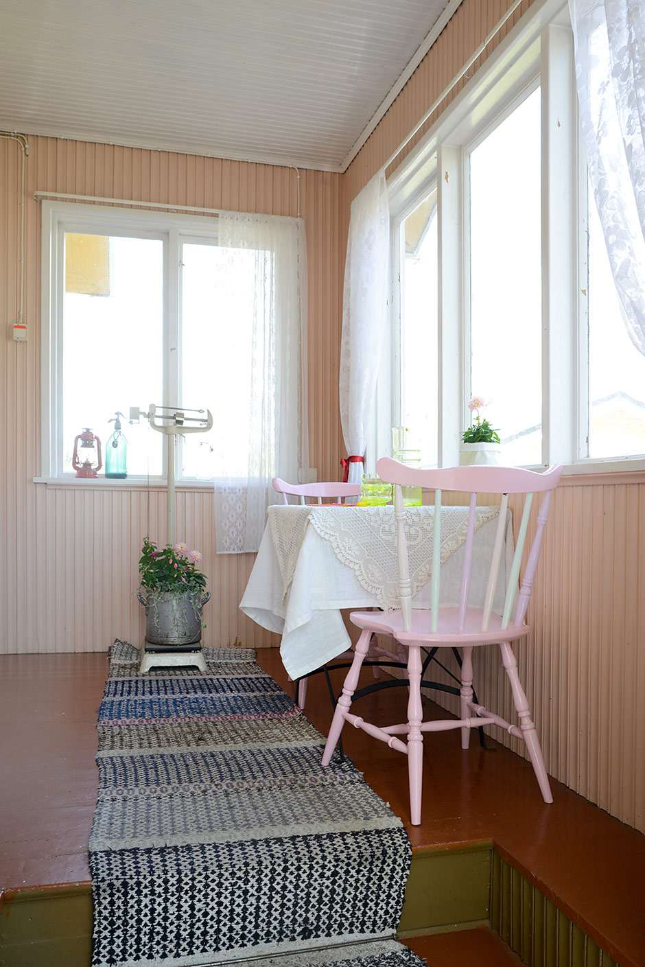Jäätelöllä maalatut tuolit