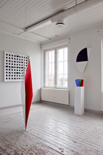 Taidenäyttelyssä Veikko Törmäsen ateljeessa