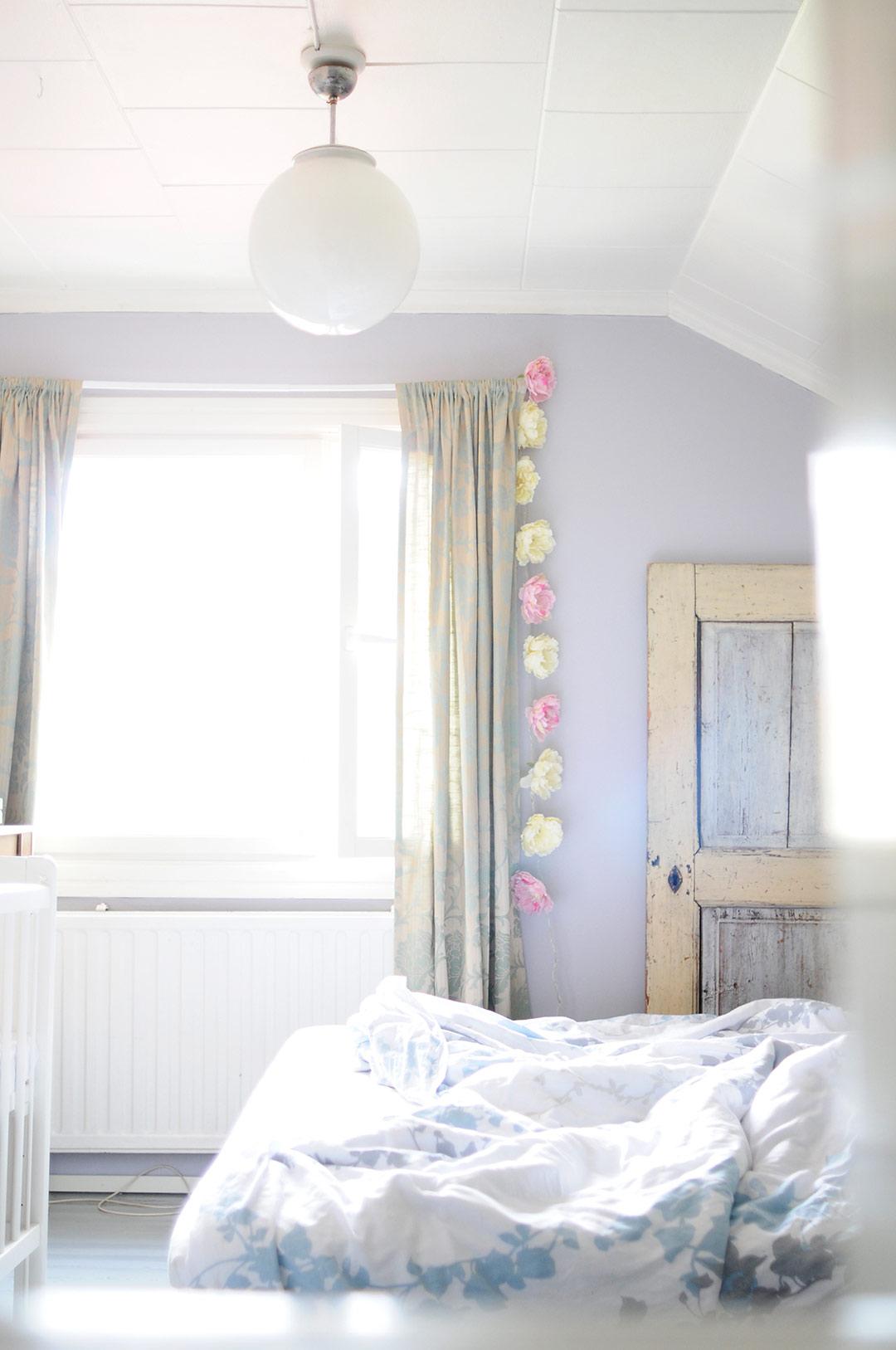 Pionivalot makuuhuoneessa
