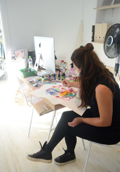 Susanna Sivonen livemaalaamassa MIA Designissa