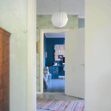 Työpöytä, kitschiä ja petroolia kotitoimistolla