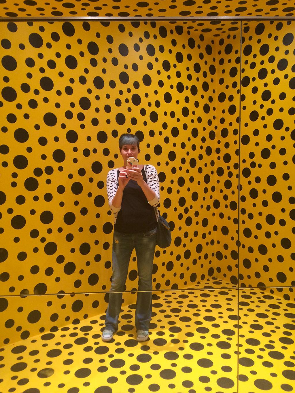 Yayoi Kusaman äärettömyydessä Helsingin taidemuseossa
