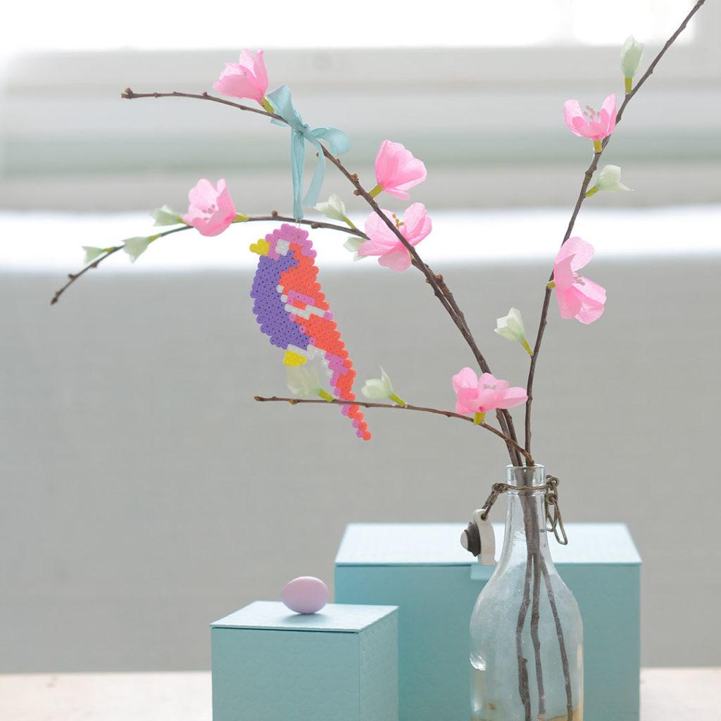 Askartele värikkäät linnut Hama-helmistä