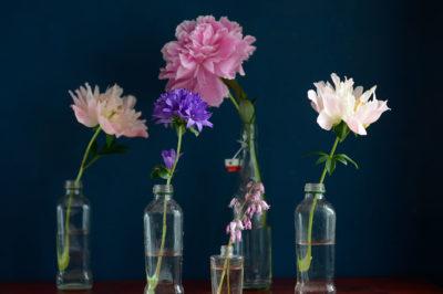 Kaunis ja edullinen kukka-asetelma luonnonkukista ja kierrättämällä