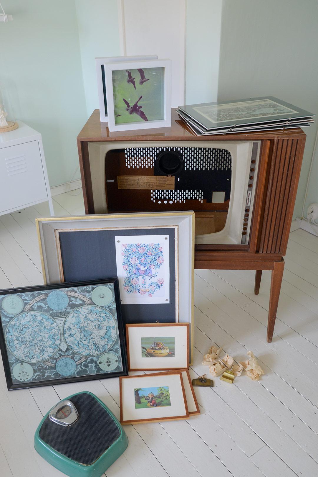 Vintage tv-kaappi, tauluja ja vanhoja heloja