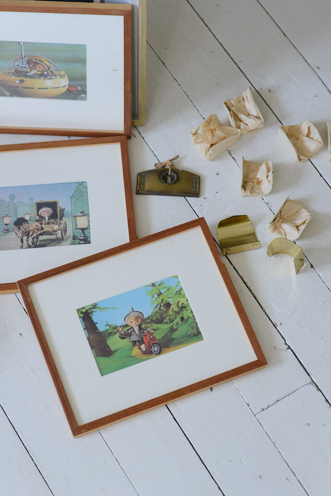 Kehystetyt vintage Nukkumatti-postikortit ja vanhat helat